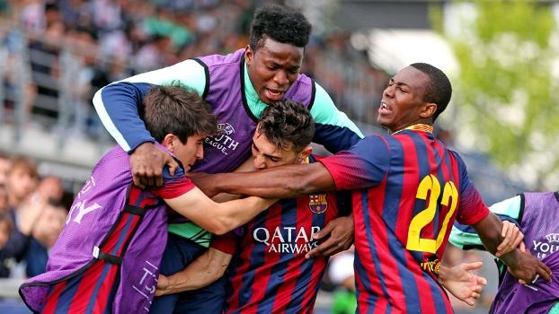 Jogadores do Barcelona comemoram gol sobre o Schalke 04