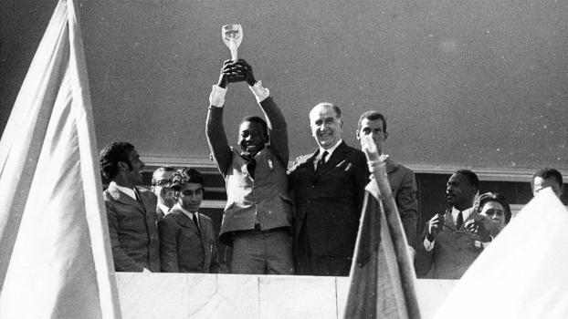 Encontro em Brasília: Pelé levanta a taça da Copa de 1970 ao lado de Médici