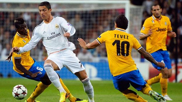Cristiano Ronaldo e Tevez no primeiro jogo entre os dois clubes: Real Madrid saiu vencedor