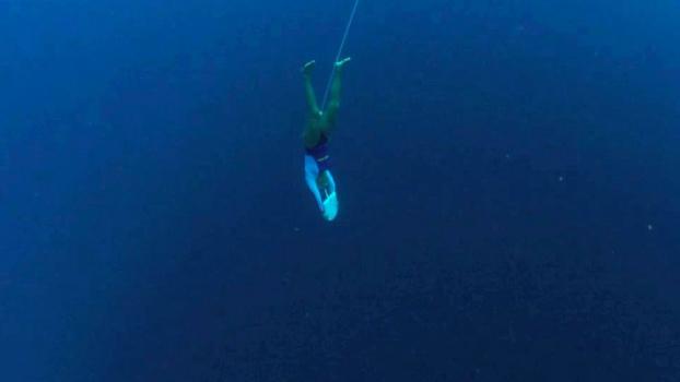 Karol na modalidade Skandalopetra, indo ao fundo do mar.