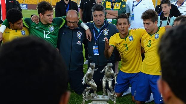 Gallo (centro) conduziu o Brasil sub-21 ao título ao bicampeonato do Torneio de Toulon