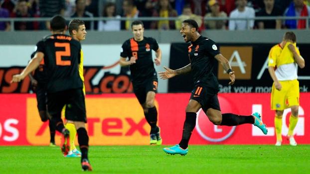 Lens comemora gol na vitória da Holanda sobre a Romênia, nas eliminatórias europeias