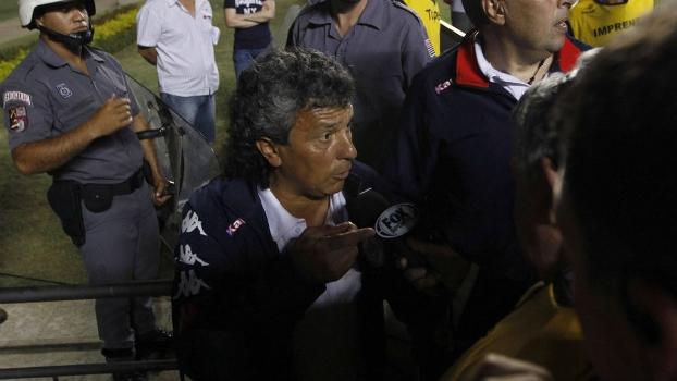 Em meio à confusão, o técnico do Tigre, Nestor Gorosito, fala com a imprensa ao fim do primeiro tempo
