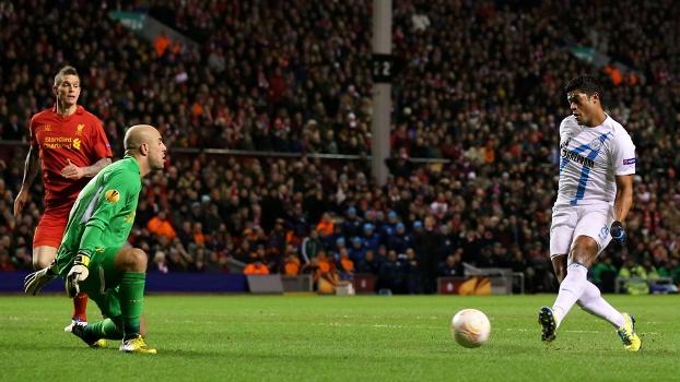 Hulk chuta para marcar gol no jogo que deu a classificação ao Zenit contra o Liverpool