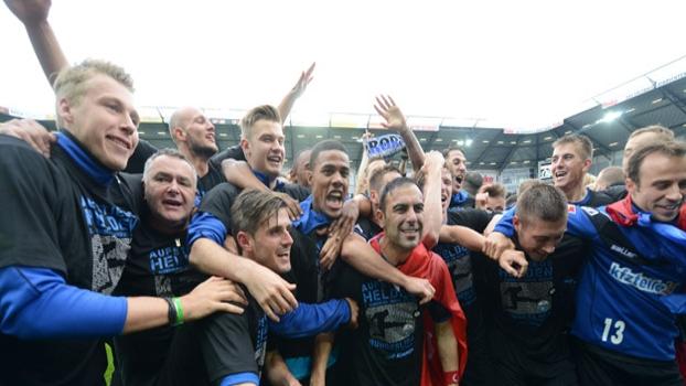 Festa dos jogadores do Paderborn pelo acesso a99db0cd8cfff