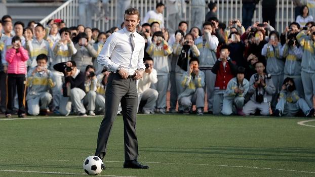 Beckham quebra o protocolo e joga futebol de traje social