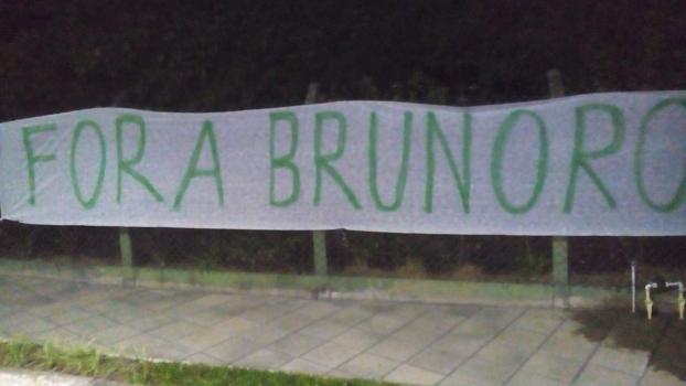 Faixa de 'Fora Brunoro' foi colocada na frente da casa de Nobre