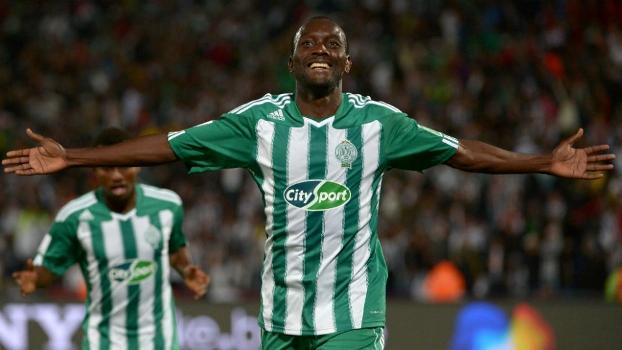 Mabide comemora o terceiro gol do Raja: passada a alegria, a preocupação com o pai desaparecido