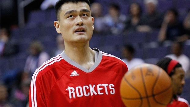 Yao Ming, com seus 2,29m, se destacou pelo Houston Rockets