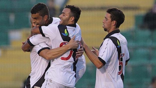 Alisson é abraçado após marcar o gol da vitória do Vasco em Florianópolis