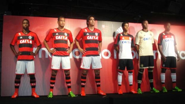Jogadores posam com a nova camisa do Flamengo