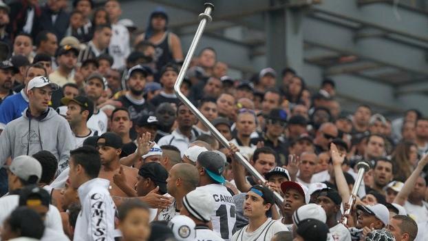 Torcedores do Corinthians brigam na Arena e arrancam corrimão da arquibancada