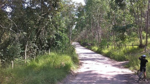 Nesta estrada de terra a entrada da pista fica numa subida à direita