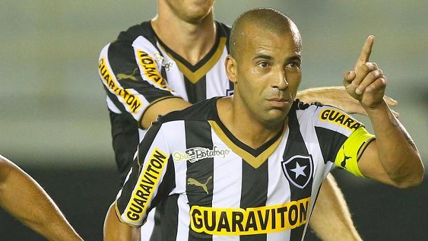 Emerson Sheik foi capitão do Botafogo diante do Vitória e marcou um bonito gol