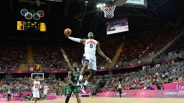 LeBron James pula para enterrada em jogo contra a Nigéria, na Olimpíada
