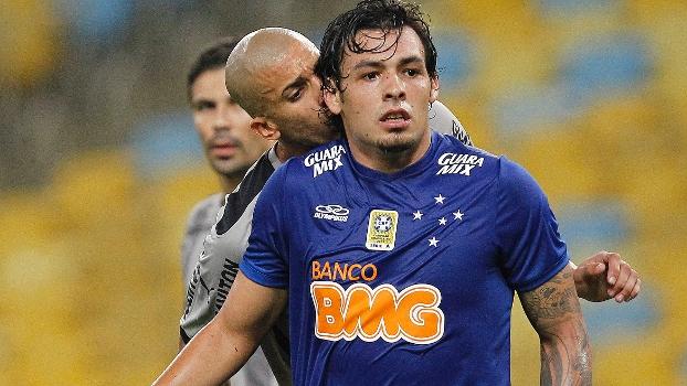 Após discussão em campo, botafoguense Dória dá 'beijinho' no cruzeirense Ricardo Goulart