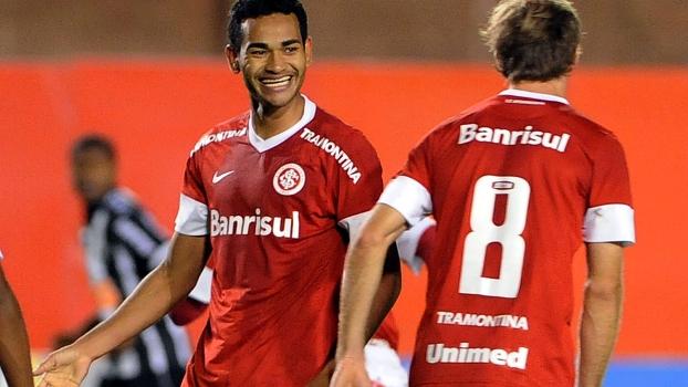 Jackson (esquerda) comemora gol que abriu o placar no Beira Rio