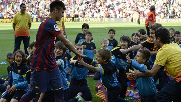 Neymar, em meio às crianças: ele é o início da renovação do Barcelona