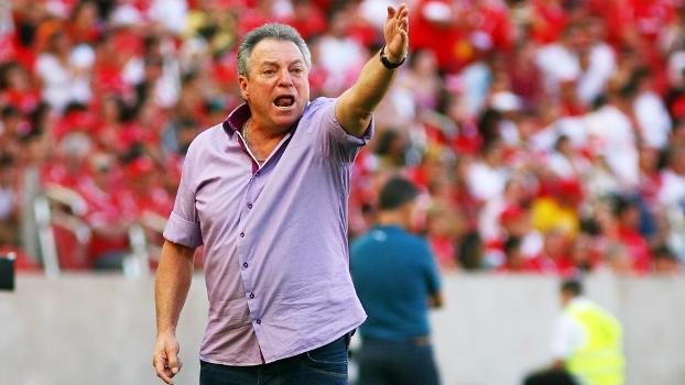 Abel Braga está chateado com candidato da oposição colorada