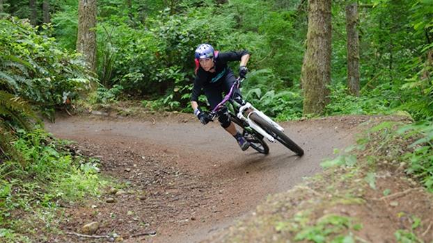 A bike me desafia, me faz ultrapassar obstáculos, me frustrando e me fazendo sorrir como uma pequena criança.