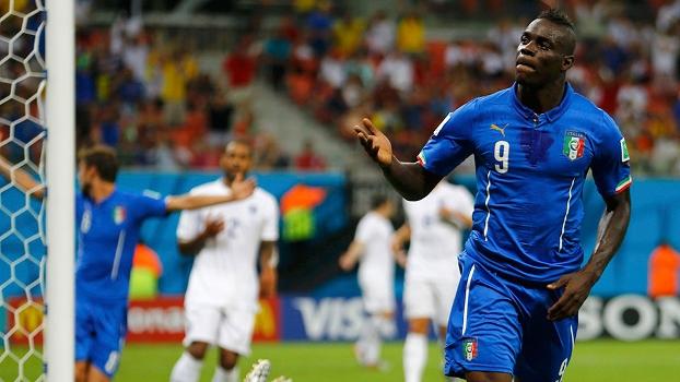 Balotelli comemora gol de cabeça contra a Inglaterra