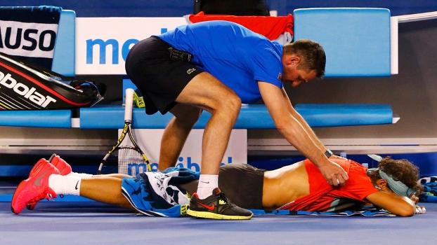 Nadal recebe massagem do fisioterapeuta durante a final na Austrália