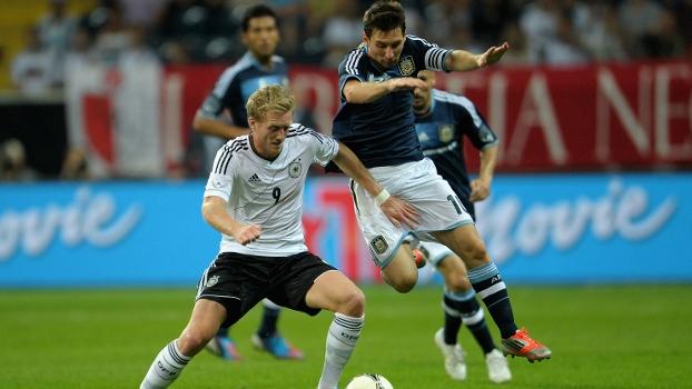 Schurrle e Messi disputam bola em amistoso entre Alemanha e Argentina realizado em 2012