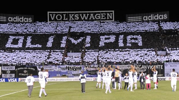 Mosaico da torcida do Olimpia durante o jogo contra o Tigre