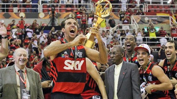 O capitão Marcelinho Machado, do Flamengo, ergue o troféu de campeão mundial