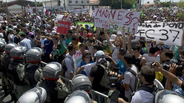 'Encarada' entre policiais e manifestantes antes da confusão