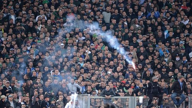 Torcedores do Napoli arremessaram sinalizadores na pista de atletismo do estádio