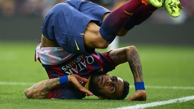 Daniel Alves criticou mais uma vez a torcida do Barcelona, desta vez por não ir ao Camp Nou