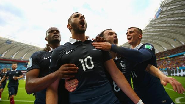 Benzema comemora gol pela equipe da França