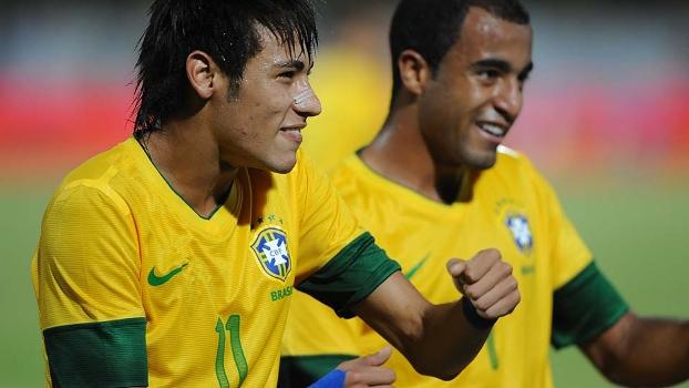 Neymar comemora o seu gol ao lado de Lucas dançando a música 'Camaro Amarelo'