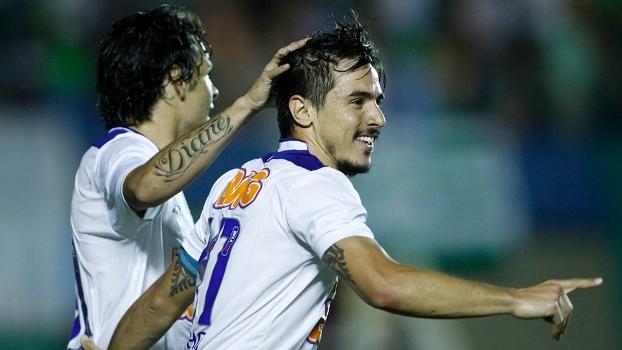 Willian comemora  atacante fez dois gols na vitória do Cruzeiro sobre o  Goiás no Serra 1592d850b8814