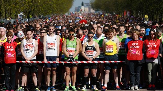Atletas nas ruas de Londres prestam homenagem às vítimas de atentado em Boston