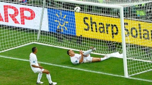 Terry tira a bola em cima da linha no jogo contra a Ucrânia, na Euro-2012