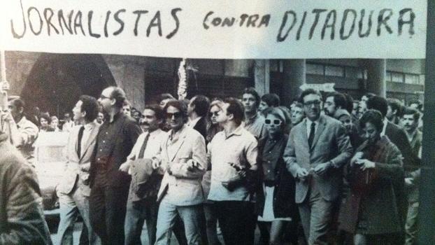 Jornalistas em protesto contra a ditadura militar instaurada em golpe em 1º de abril de 1964, há 50 anos