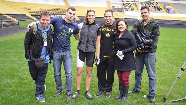 Eu, o atacante Silvinho e a equipe que acompanhou a ação em Criciúma
