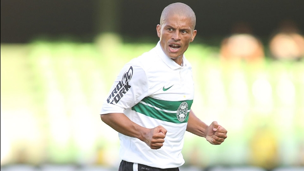 Alex vibra com gol do Coritiba sobre o J. Malucelli no Paranaense