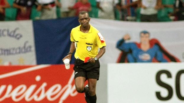 Cornetado por cruzeirenses, Luiz Flávio de Oliveira recolheu objeto jogado em campo