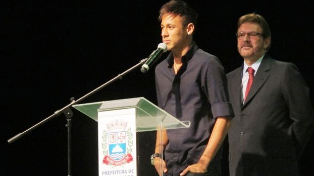 Neymar em evento de lançamento de projeto social