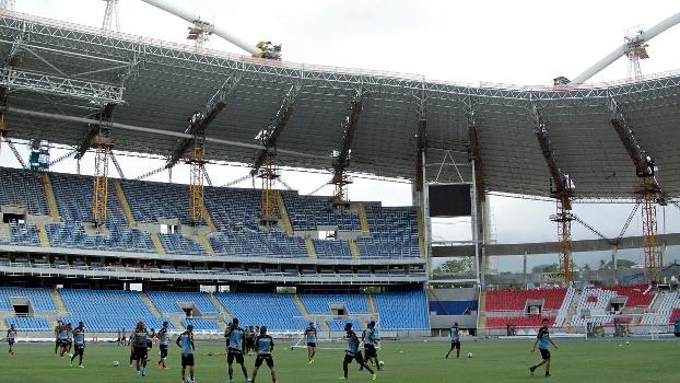 Botafogo treinou esta semana no campo principal do Engenhão, que tem obras na cobertura
