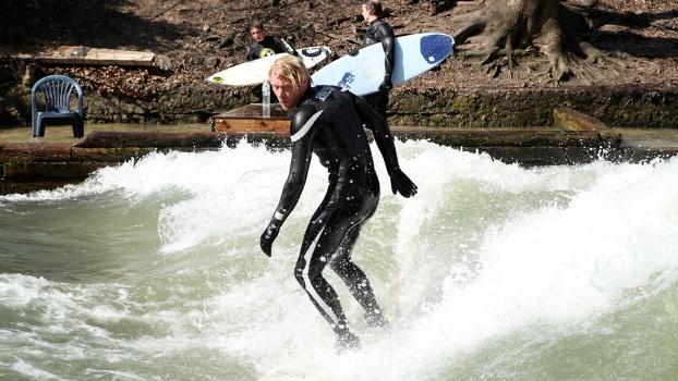 Gerry Schlegel surfando no rio Eisbach