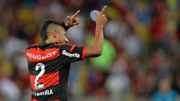 Léo Moura comemora o gol de pênalti diante do Atlético-MG, no Maracanã