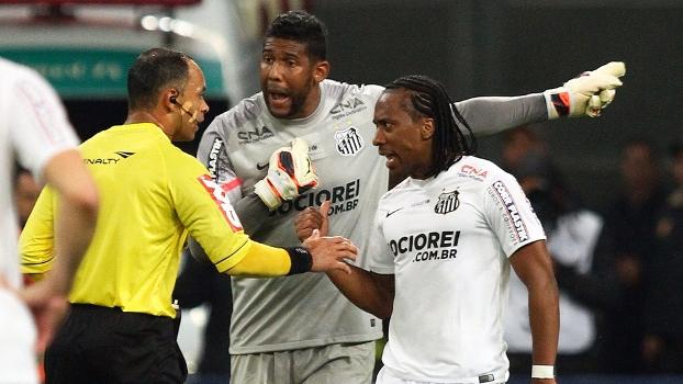 Aranha reclama com o árbitro Wilton Pereira sobre atos racistas de torcedores do Grêmio