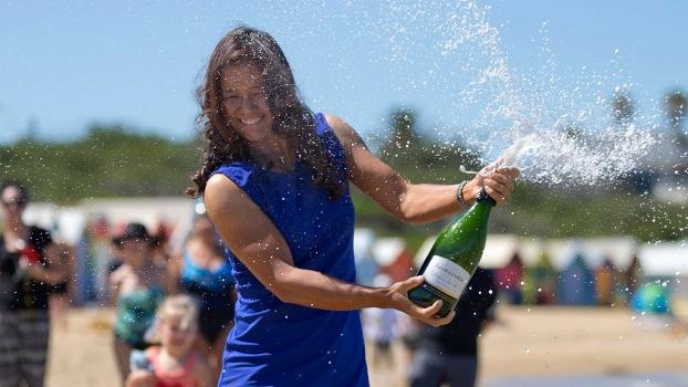 Na Li estoura champanhe para celebrar o título em Melbourne