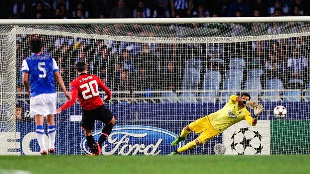 O holandês Van Persie, do Manchester United, acertou a trave e perdeu pênalti diante da Real Sociedad