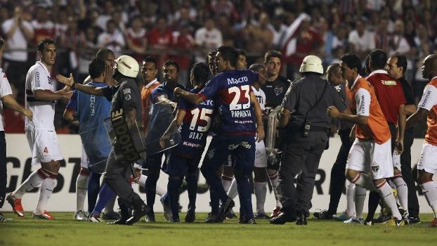 Confusão ao fim do primeiro tempo: Twitter da Conmebol diz que partida está suspensa