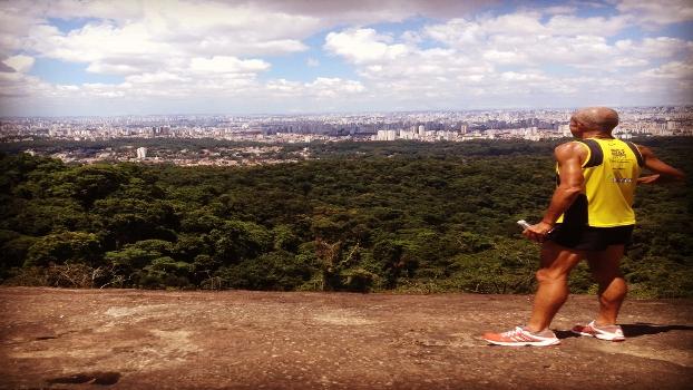 Egídio Gonçalves, 57 anos, empresário, maratonista (3h33), relaxando na Pedra Grande - Cantareira
